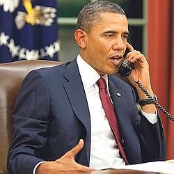 Grand seigneur. Avant son allocution télévisée, dimanche soir, Barack Obama a pris le temps de téléphoner, depuis le Bureau ovale, pour prévenir notamment les anciens présidents George W. Bush et Bill Clinton de la bonne nouvelle. (Pete Souza/The White House)
