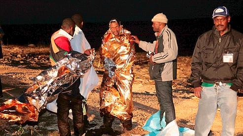 Dimanche matin, des migrants reçoivent une première assistance après avoir échoué en mer.