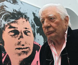 Gunter Sachs en 2009 devant le portrait qu'Andy Warhol avait fait de lui. Crédits photo : Abaca