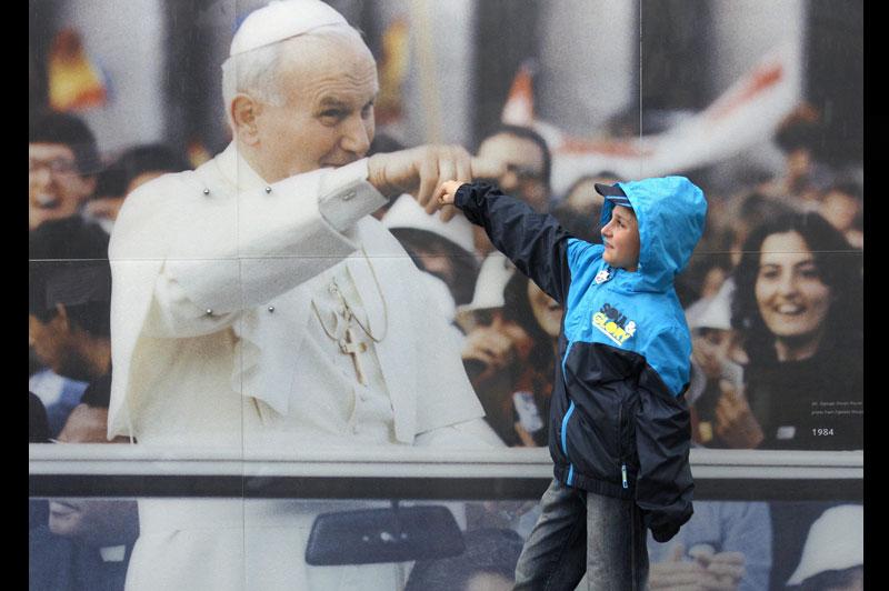 <b>Immortel en nos cœurs</b>. Ce petit garçon polonais ne s'y trompe pas en jouant avec l'image de Jean-Paul II comme s'il était encore parmi nous. Décédé en avril 2005 et béatifié dimanche dernier par son successeur Benoît XVI, Karol Wojtyla bénéficie en effet d'une popularité que rien ne semble pouvoir démentir. Aucun pape avant lui n'avait été aussi proche de ses ouailles. En vingt-six ans de pontificat, cet infatigable évangélisateur était parvenu à visiter 127 pays, permettant ainsi à des millions de fidèles de l'approcher personnellement. Et c'était vrai en Pologne plus qu'ailleurs, puisqu'il s'était rendu neuf fois dans son pays natal, tout en contribuant puissamment à le délivrer du communisme.