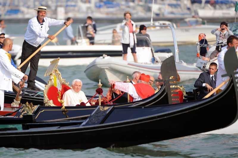<b>Une gondole en guise de papamobile</b>. Un trajet en gondole est une obligation à laquelle s'étaient volontiers soumis Paul VI et Jean Paul II, en 1972 et en 1985. Benoît XVI n'y a pas échappé, dimanche 8 mai, pour traverser le Grand Canal, à Venise. C'est une gondole ancienne et historique appartenant à la ville, la «Batolina», qui a été retenue pour transporter le souverain pontife sur les canaux.