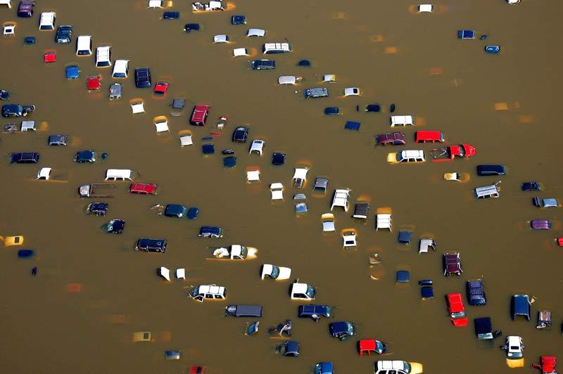 <b>Inondations</b>. Le fleuve Mississippi, qui irrigue le centre des États-Unis du nord au sud, a gonflé ces derniers jours pour atteindre la largeur record de 4,8 km, depuis lundi 10 mai, provoquant des inondations dans les villes situées sur ses rives, dont Memphis dans l'État du Tennessee . Certains quartiers de cette ville sont entièrement sous les eaux, comme ici, sur ce parking automobile.