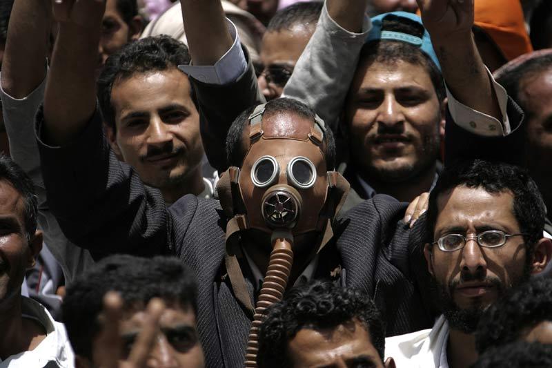 <b>Sanglante journée</b>. Mercredi 11 mai, dans les rues de Sanaa, un manifestant yéménite manifeste avec un masque à gaz lors d'un rassemblement réclamant le départ du président Ali Abdallah Saleh. Selon des témoins, des hommes armés en civil et les forces de sécurité ont ouvert le feu sur la foule, tuant une dizaine de personnes. Jeudi, l'opposition a appelé la communauté internationale à «arrêter le massacre».
