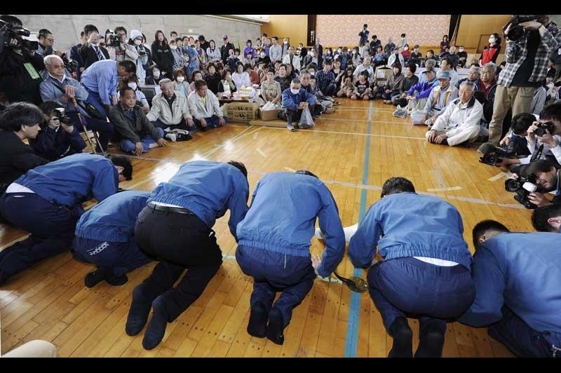 <b>Mea culpa</b>. « Je m'excuse de tout mon cœur. Nous ferons tout notre possible pour que vous puissiez rentrer chez vous. »Agenouillés devant les habitants du village de Namie, qui vivent dans un gymnase depuis la catastrophe de Fukushima Daiichi, le 11 mars dernier, le PDG de Tokyo Electric Power Company (Tepco), Masataka Shimizu (troisième en partant de la droite) et des membres de l'équipe dirigeante de l'opérateur de la centrale nucléaire, ont présenté publiquement leurs plus plates excuses le 5mai dernier. Sous pression, Tepco n'en finit pas de faire face aux critiques de l'ensemble de la société japonaise, qui découvre chaque jour davantage les dysfonctionnements d'un système qu'elle croyait infaillible.
