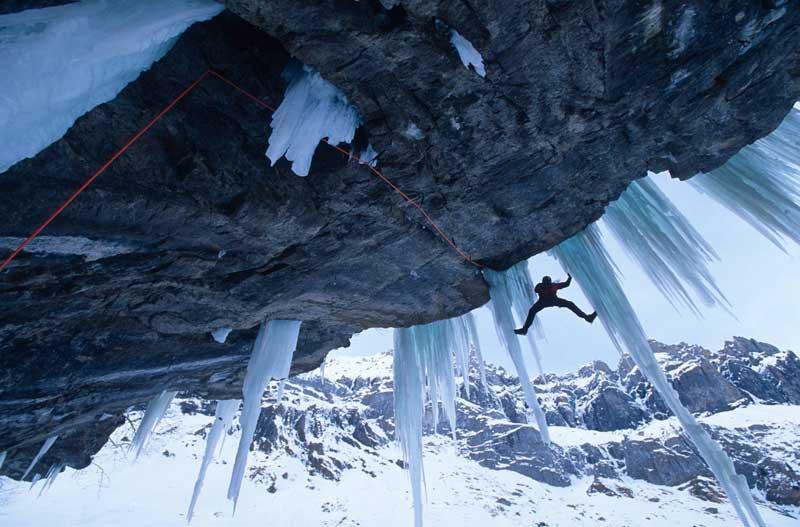 <b>Serial grimpeur</b>. On dit de lui qu'il est un «grimpeur de l'extrême», toujours en quête de défis à relever. Cette fois, l'alpiniste allemand Robert Jasper s'est confronté à un surplomb glacé d'Oeschinen, près de Berne (Suisse). L'un des plus techniques à franchir. L'un des plus dangereux aussi. À 43 ans, l'alpiniste allemand Robert Jasper a déjà failli perdre la vie à plusieurs reprises. À ses côtés pour réaliser cette incroyable image, un autre grand de l'escalade: Robert Bosch. Depuis des années, ce photographe parcourt le monde en quête des plus hauts sommets à gravir et des voies d'accès les plus difficiles. Dans les Alpes, comme dans l'Himalaya ou l'Antarctique, il a accompagné les plus grands.