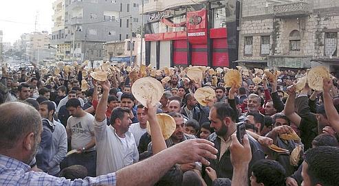 Des opposants syriens ont défié le régime d'el-Assad en manifestant dans la ville assiégée de Banias.