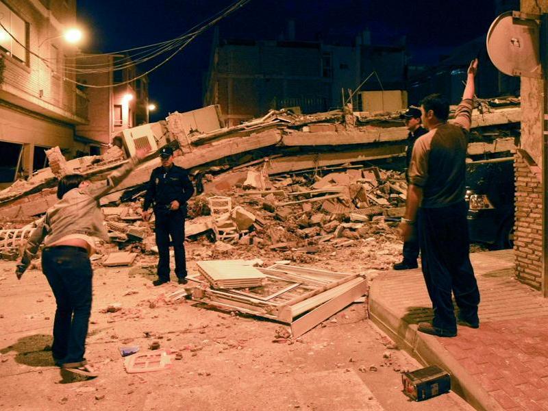 De nombreux bâtiments se sont écroulés à Lorca, une ville de près de 93.000 habitants, mercredi peu avant 19 heures, jetant à la rue des milliers d'entre eux. Quelque 167 blessés, dont trois dans un état grave, ont été hospitalisés. Au moins huit personnes sont mortes, dans cette région du sud de l'Espagne.