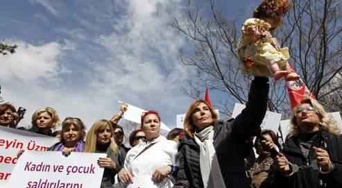 Manifestation menée le 17 avril dernier à Ankara par l'écrivain Ruhat Mengi (qui brandit la poupée), contre les meurtres de femmes en Turquie et la maltraitance des enfants.