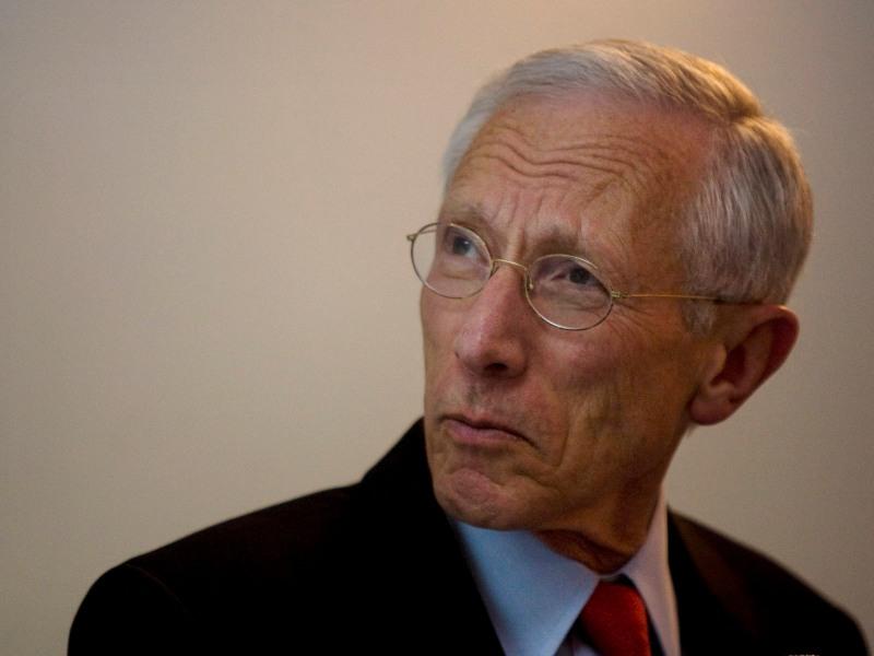 <b> Stanley Fischer, 67 ans, gouverneur de la Banque d'Israël <br> </b> Après avoir occupé le poste de vice-président à la Banque mondiale, Stanley Fischer est devenu le premier directeur général adjoint du FMI de 1994 à 2001. Il a ensuite travaillé chez Citigroup de 2002 à 2005. <br> Né en Zambie, diplômé de la London School of Economics et du MIT à Boston, Stanley Fischer possède la double nationalité israélienne et américaine. Cette dernière pourrait poser problème car le poste de dirigeant du FMI n'est traditionnellement pas attribué à un Américain, dans la mesure où les États-Unis contrôlent la présidence de la Banque mondiale.