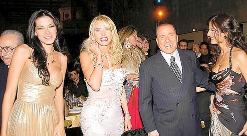 Silvio Berlusconi adore poser entouré de très jolies femmes. Le fantasme du harem?