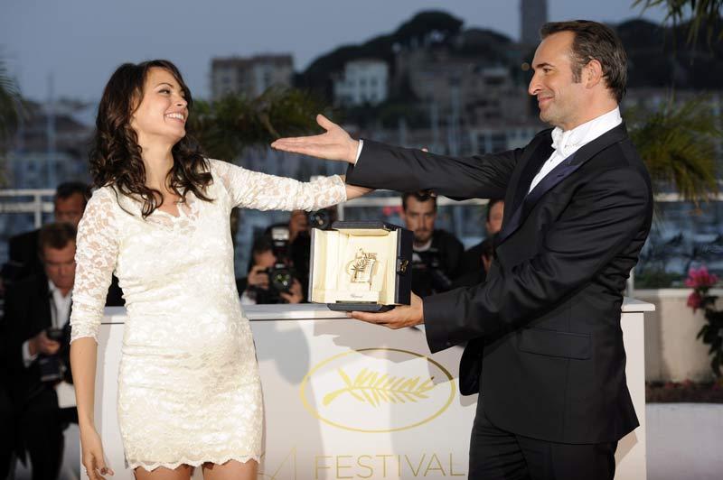 <b>Lauréat</b>. Pendant que la Palme d'or du 64ème festival de Cannes était décernée au film <i>The Tree of life</i> d'un Terrence Malick absent, Jean Dujardin recevait, quelques minutes plus tôt, le Prix d'interprétation masculine. Une récompense qui vient saluer sa performance dans le film muet et en noir et blanc <i>The Artist</i>, réalisé par Michel Hazanavicius. Il pose ici avec sa partenaire, Bérénice Bejo.