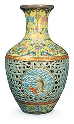 Vase en porcelaine, datant du règne de l'empereur Qianlong (1735-1796). En 2010, à Londres, il a été adjugé à plus de 83 millions de dollars.