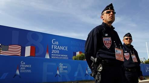 Des CRS en poste devant le centre international où se dérouleront les travaux du G8.