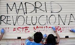 Les manifestants ont nettoyé les graffitis sur les boutiques.