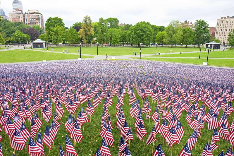 <b>Jour du souvenir.</b> Au total, plus de 20.000 drapeaux américains ont été installés dans un parc de Boston. Devenu jour de congé officiel aux États-Unis, le Mémorial Day rend hommage aux soldats américains tombés au front lors des deux guerres mondiales. Il est célébré chaque année lors du dernier lundi du mois de mai.