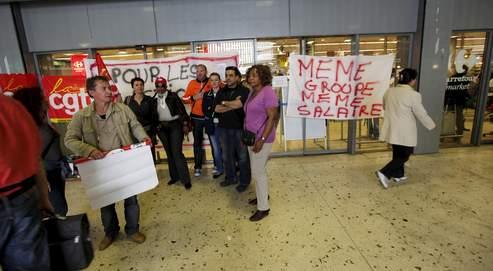 Vendredi, des salariés du Carrefour Market de Boulogne-Billancourt ont manifesté devant le magasin. Crédit photo : BOUCHON/LE FIGARO.