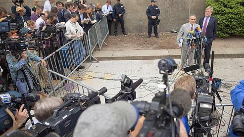 Me Brafman, avocat de Dominique Strauss-Kahn, face à la presse à la sortie du tribunal de New York.