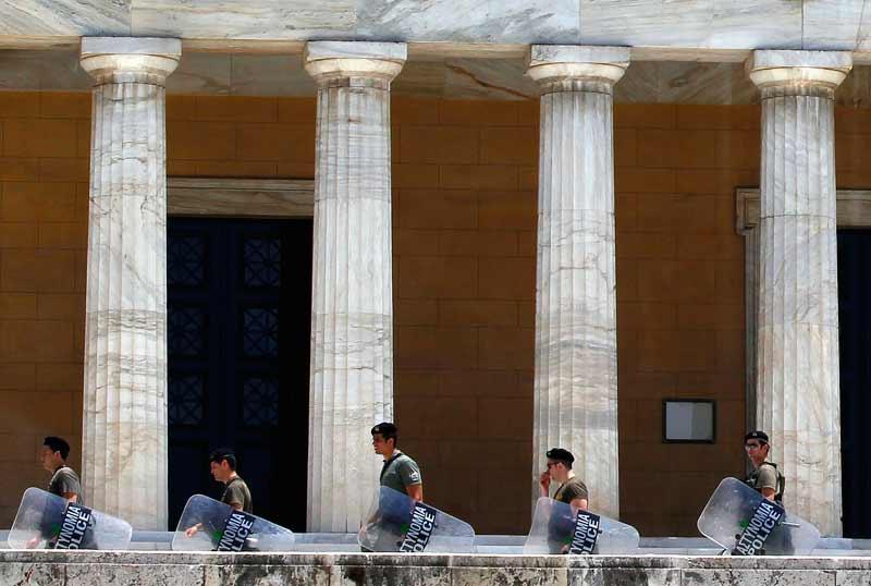<b>Austérité</b>. Les deux principales organisations syndicales grecques, GSEE et ADEBY ont appelé à la manifestation, jeudi 9 juin, en protestation aux nouvelles mesures d'austérité. Les forces de police ont pris position devant le parlement, à Athènes.