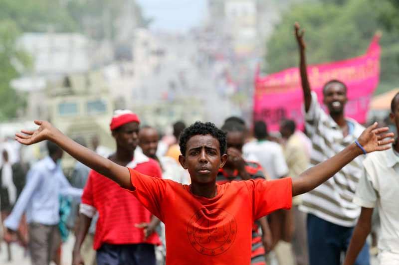 <b>Élections</b>. Jeudi 9 juin, les frères ennemis somaliens, le président Sheik Sharif Sheik Ahmed et le président du parlement Sharif Hassan Sheik Aden ont finalement signé une entente pour prolonger les mandats du gouvernement et du parlement afin de préparer plus sereinement les élections prévues, en août 2012.