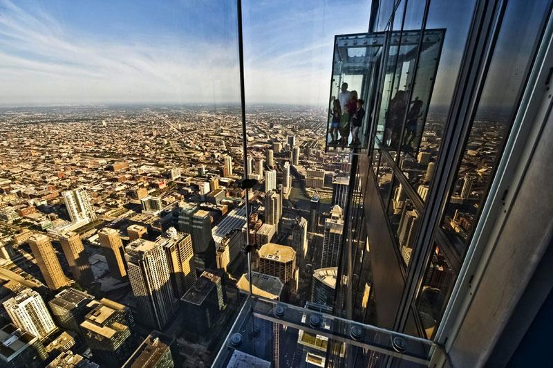 <b>Sensations fortes</b>. «Venez si vous l'osez !» : tel est le slogan de la Willis Tower, à Chicago, depuis que ce gratte-ciel s'est doté de quatre balcons en verre, suspendus à la façade de son 103e étage, à 412 mètres au-dessus du vide. L'expérience, déconseillée à ceux qui souffrent de vertige ou d'acrophobie (peur de la hauteur), ne coûte que 19 dollars, accès à la terrasse panoramique du 110e étage compris. Mais la vue, depuis ces vitrines à touristes, est bien plus impressionnante. Par temps très clair, comme ici, elle donne l'impression de survoler la capitale de l'Illinois tout en permettant d'apercevoir au loin ses trois États frontaliers : l'Indiana, le Michigan et le Wisconsin.