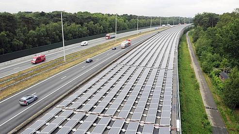 Pas moins de 16.000 panneaux photovoltaïques ont été installés sur le toit de ce tunnel ferroviaire près d'Anvers, en Belgique.