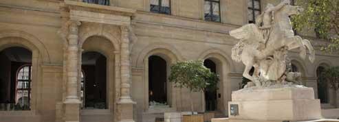 Une arcade des Tuileries exposée dans la cour Marly du Louvre