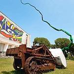 Devant la façade du Musée national Fernand-Léger à Biot, «Le Grand Scarabée» de Bernard Pagès.