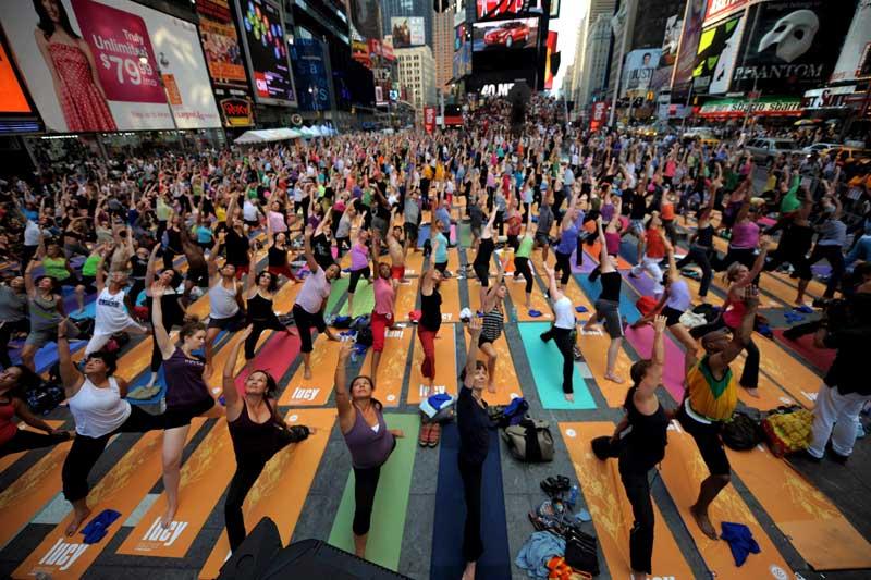 <b>En plein air</b>. Le solstice d'été est l'occasion pour tous de se rendre à Times Square, à New York, pour participer à un festival de yoga. Au total, ils étaient plus d'un millier d'adeptes à s'être réunis pour retrouver, l'espace d'un moment, de la tranquillité au milieu de l'énergie urbaine de l'un des centres économiques les plus frénétiques de la planète. Des cours, totalement gratuits, se sont ainsi déroulés tout au long de la journée du 21 juin.