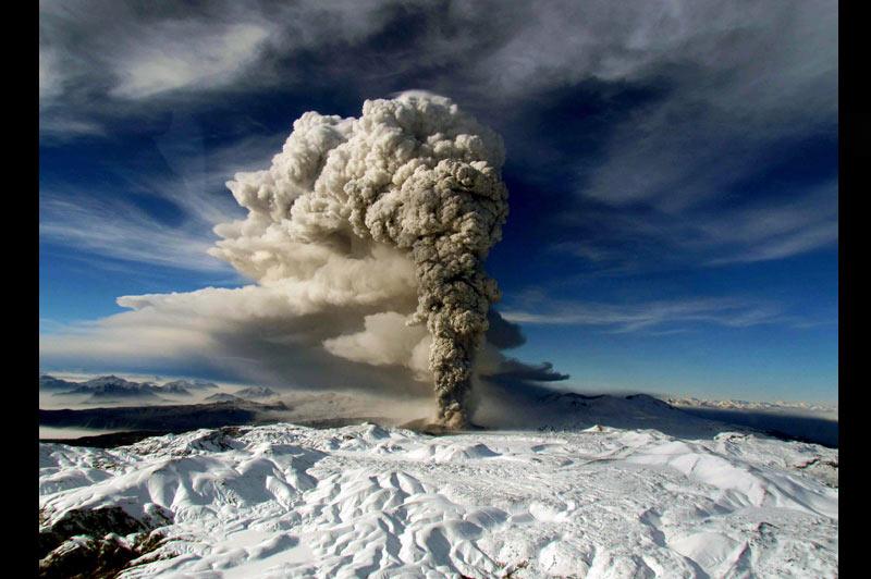 <b>Toujours en éveil</b>. Plus de trois semaines après son réveil, le volcan chilien Puyehue n'en finit pas de faire parler de lui. Le gigantesque nuage de cendres dégagé par l'éruption depuis le 4 juin dernier continue à perturber le trafic aérien notamment sur une grande partie de l'Amérique du Sud. Aujourd'hui encore, plusieurs vols ont été annulés et de nombreux vols ont été suspendus en Australie et Nouvelle-Zélande. Cependant, un retour à la normale semble se préciser.