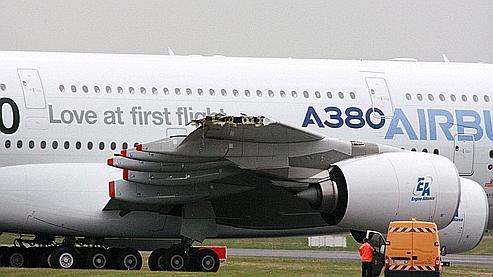 Alors qu'il était tracté sur la voie de roulage, un très gros porteur A380 a heurté dimanche du bout d'une aile un bâtiment de l'aéroport du Bourget.