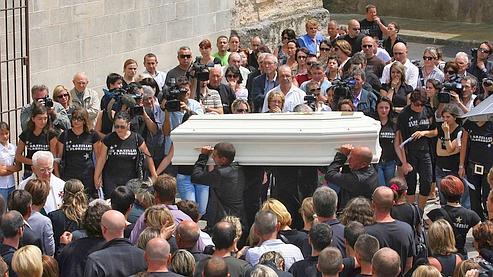 Le cercueil blanc de Carla est porté dans l'église de Florensac lors des obsèques.