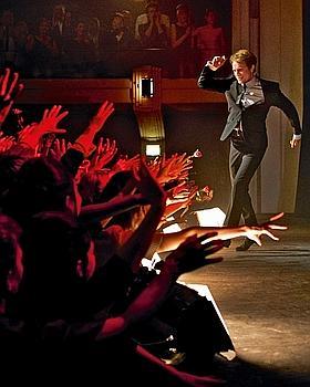 Showman, Cloclo, dès ses premiers concerts, entretient une relation fusionnelle avec son public. Une reconstitution d'époque fidèle, grâce à un budget d'environ 20 millions d'euros. (Tibo et Anouchka/LGM Cinema)