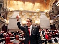 Andrew Cuomo est félicité par les sénateurs new-yorkais à l'issue du vote.