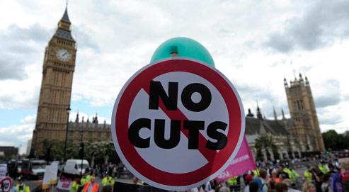 Des enseignants et des fonctionnairesdéfilent dans les rues de Londres, jeudi, protestant contre les coupes budgétaires et le plan de réforme des retraites. Crédits photo: AFP/CARL COURT.