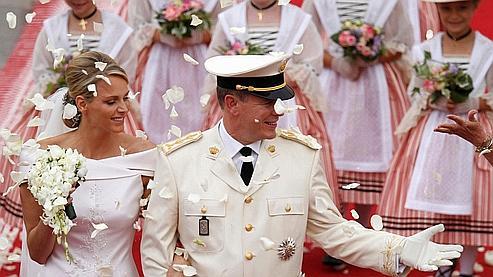 Le couple est accueilli par une pluie de pétales à sa sortie de la cour du palais.