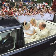 Le couple a circulé à bord d'une voiture écologique.