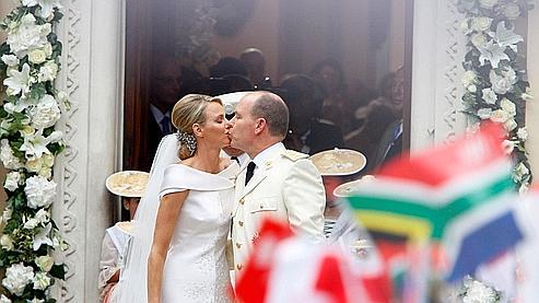Le couple s'embrasse à sa sortie de l'église Sainte-Dévote.