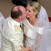 Le couple s'embrasse.