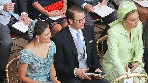 Victoria de Suède et son mari Daniel, assis à côté de Farah Pahlavi, l'ancienne souveraine d'Iran.