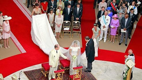 Charlene rejoint Albert à l'autel