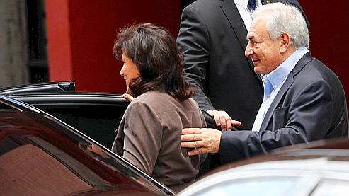 Au lendemain de la libération sur parole de DSK, le couple Strauss-Kahn a de nouveau quitté sa résidence samedi après-midi.