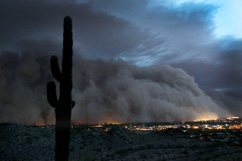 Un «tsunami» de poussière s'abat sur Phoenix 20110706PHOWWW00053