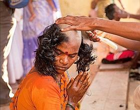 On offre ses cheveux le temps d'une prière silencieuse. (Raphaël Gaillarde)