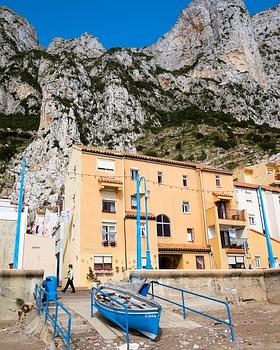 Mélange de styles et de populations (Espagnols, Maures, Gênois, Maltais, Anglais), Gibraltar vit toutefois à l'heure de Sa Majesté, avec ses bobbies et son flegme britannique. (Noël Quidu/Le Figaro Magazine)