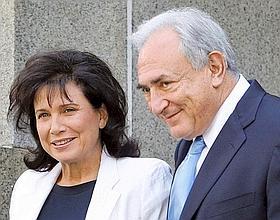 1er juillet. Anne Sinclair et Dominique Strauss-Kahn quittent le tribunal de New York après que ce dernier a été libéré sur parole. Il reste poursuivi pour crimes sexuels et a interdiction de quitter le territoire. (David Karp/AP/SIPA)