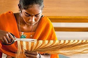 Dans les ateliers des grandes entreprises, les ouvrières effectuent six jours sur sept, pendant huit heures, les différentes opérations de transformation des cheveux. (Raphaël Gaillarde)