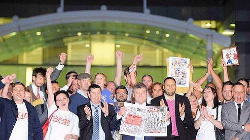 L'équipe de News of the World salue la presse, samedi soir. Beaucoup de journalistes estiment avoir été sacrifiés spour préserver les intérêts en Grande-Bretagne du groupe, qui veut racheter la chaîne de télévision à péage BSkyB.