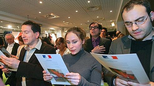 Des étrangers naturalisés français chantent la Marseillaise durant la cérémonie d'accueil dans la citoyenneté à la préfecture de Paris. Crédit photo : Préfecture de Paris