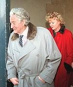 Roland Dumas et Eva Joly, après une perquisition, en 1998.