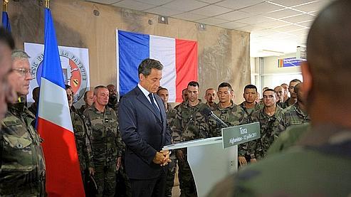 Nicolas Sarkozy observe une minute de silence en hommage aux soldats français morts en Afghanistan.